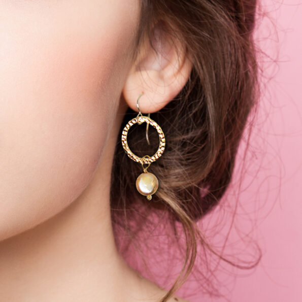 gold hammered hoop small 18mm pearl gold earrings model crop